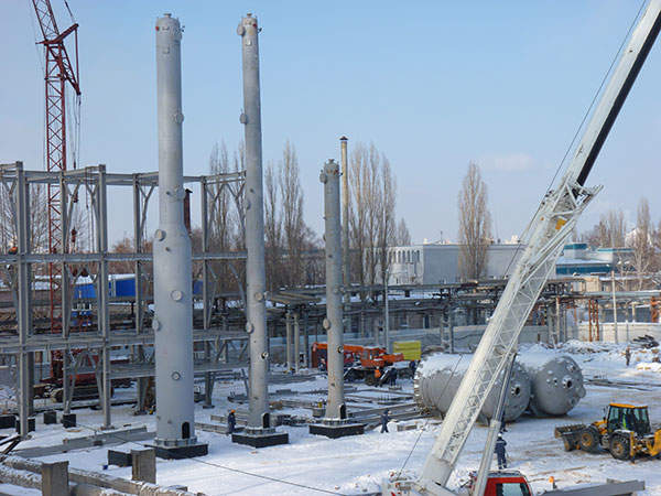 Distillation columns being installed at the Russian plant site. Image courtesy of Sibur Holding.