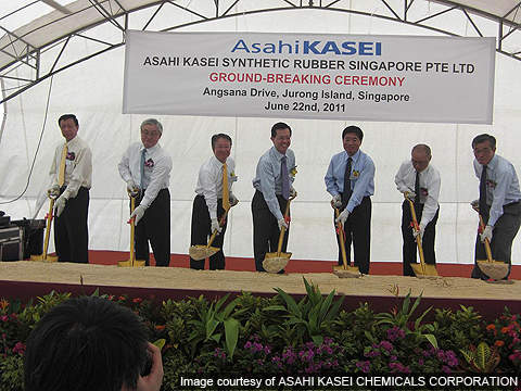 Important figures attended the ceremony, including Toshiaki Higashihara, President of Hitachi Plant Technology, and Shigenori Konno, MD of Asahi Kasei Synthetic Rubber Singapore.