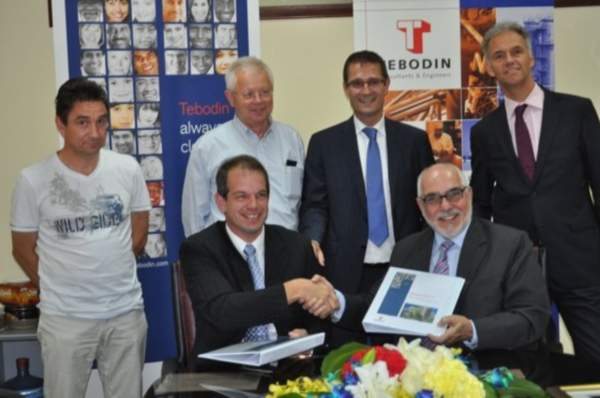 The EPCM contract being signed by Dr. Gordian Schilling, Middle East Production Manager BASF (left) and Mehdi Honar, Office Director of the Bahrain office. Image courtesy of Tebodin.