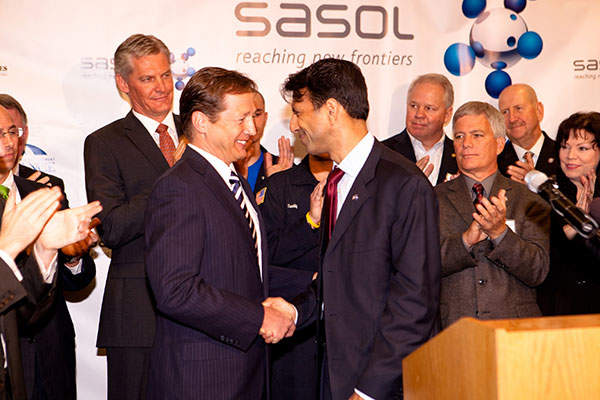 Sasol CEO David Constable shaking hands with Bobby Jindal, Governor, State of Louisiana, during the announcement ceremony for the project. Image courtesy of Sasol.