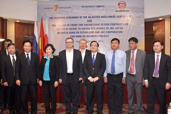 Vietnam's Deputy Prime Minister Hoang Trung Hai with dignitaries during the EPC contract signing ceremony. Image courtesy of Vung Ro Petroleum.